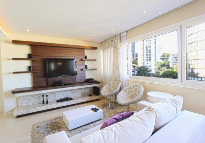 Eine TV Schrank mit intelligenter Aufbewahrung und stilvollem Design